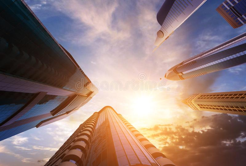 Tramonto fra i grattacieli del Dubai dall'angolo basso fotografia stock
