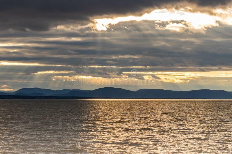 Tramonto generico sopra il fiume San Lorenzo in Quebec, Canada immagini stock