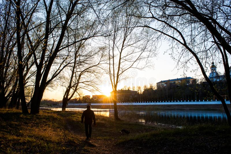 Tramonto giallo e caldo sulle banche dei Urals e contro l'argine della citt? di Orenburg immagine stock