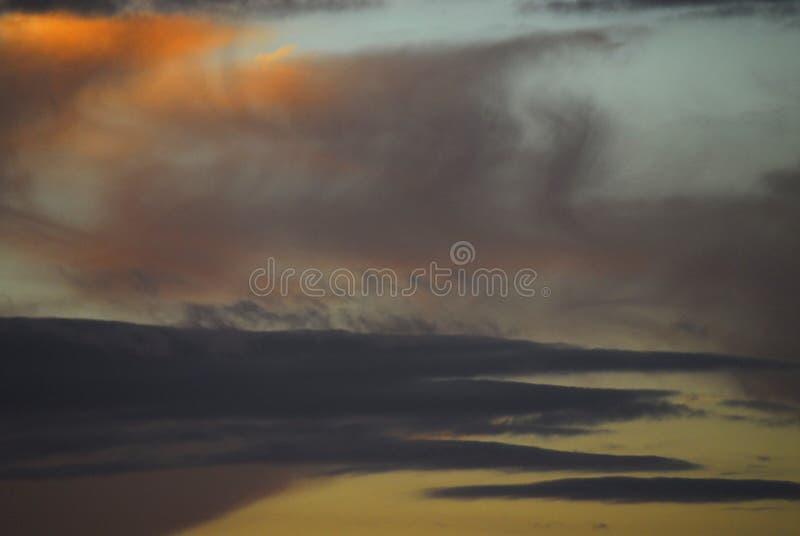 Tramonto i cieli riempiti fumo sopra Cape Town immagine stock
