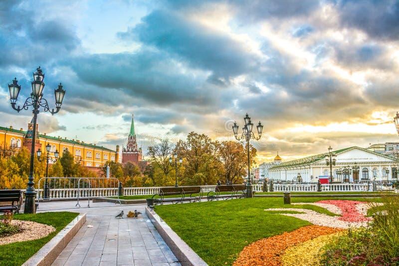 Tramonto incredibile nel quadrato di Manezhnaya a Mosca, Russia immagini stock libere da diritti