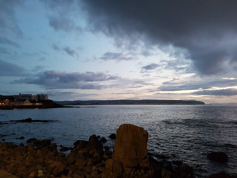 Tramonto Irlanda del Nord di Portstewart immagine stock