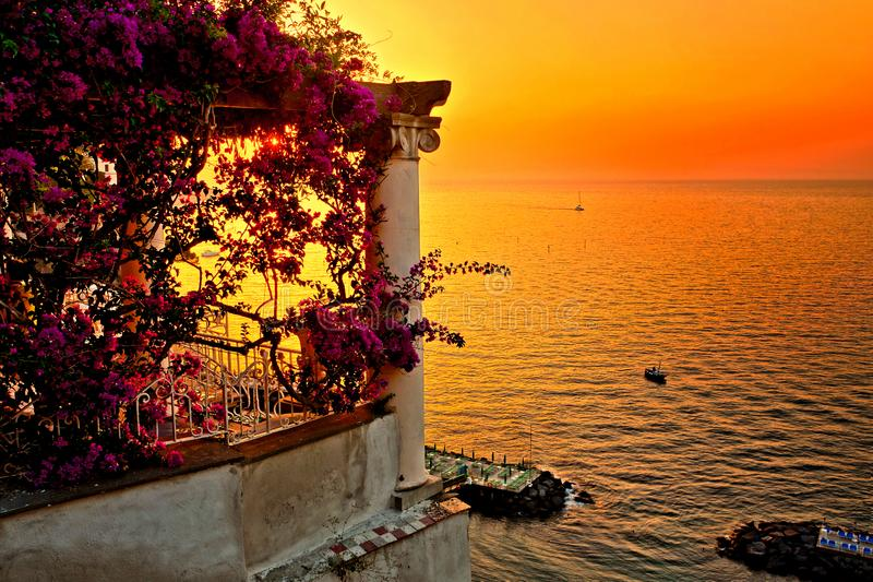Tramonto italiano della costa da un terrazzo riempito fiore che trascura il mar Mediterraneo a Sorrento fotografia stock libera da diritti