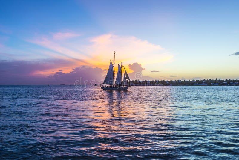 Tramonto a Key West con la barca a vela fotografia stock libera da diritti