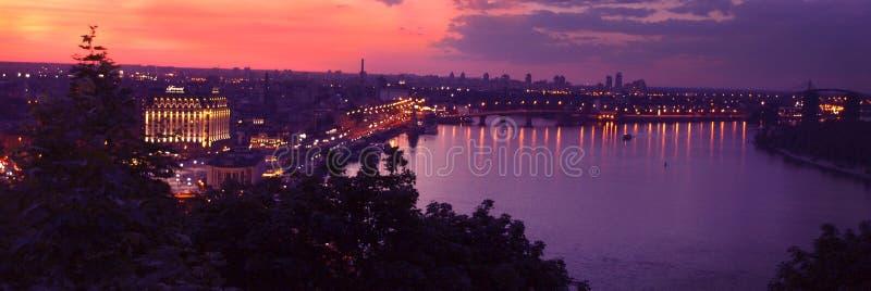 Tramonto lilla sopra la città di Kiev fotografie stock libere da diritti