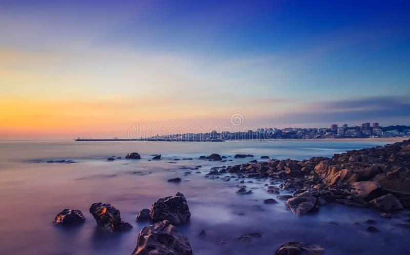 Tramonto lungo di esposizione sopra l'oceano fotografie stock