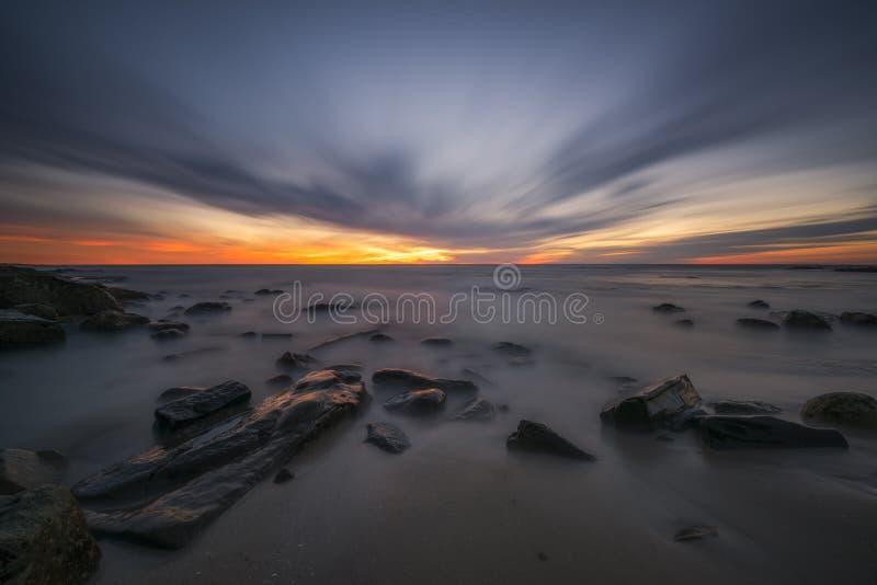 Tramonto lungo di esposizione sopra una linea costiera rocciosa a San Diego immagine stock