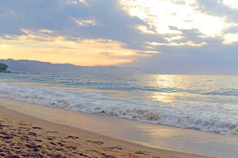 Tramonto lungo la spiaggia di Los Muertos in Puerto Vallarta, Messico immagine stock