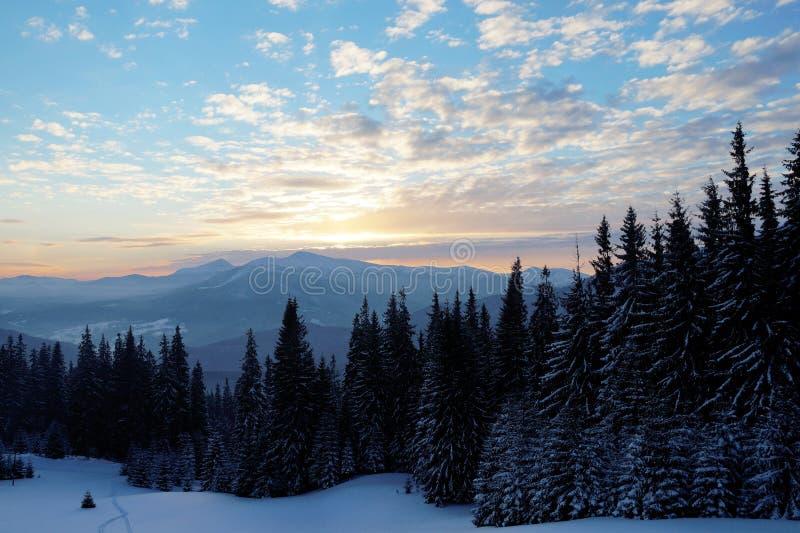 Tramonto maestoso nel paesaggio delle montagne Cielo drammatico Carpatico, Ucraina, Europa fotografia stock