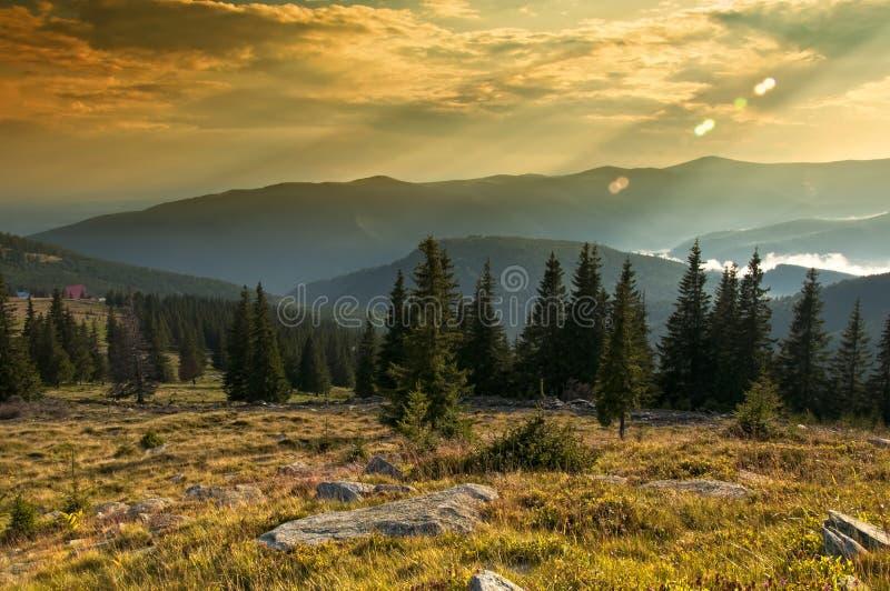 Tramonto maestoso nel paesaggio delle montagne. HDR im immagini stock libere da diritti