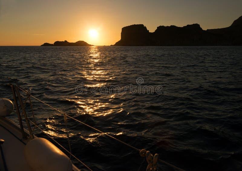 Tramonto, mare e barca a vela fotografia stock