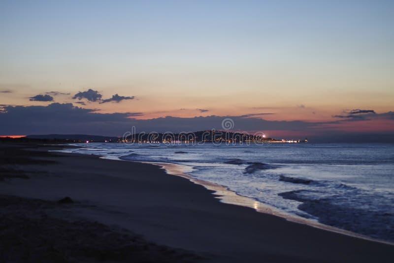 tramonto meraviglioso alla spiaggia nell'estate fotografie stock
