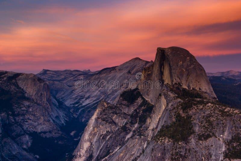 Tramonto mezzo della cupola del Yosemite fotografia stock libera da diritti