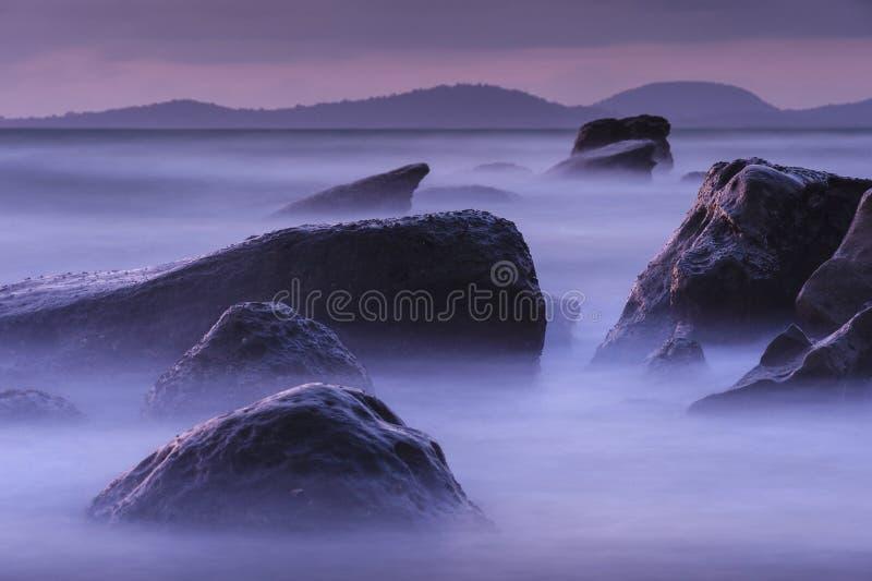 Tramonto misterioso fra le rocce fotografia stock libera da diritti