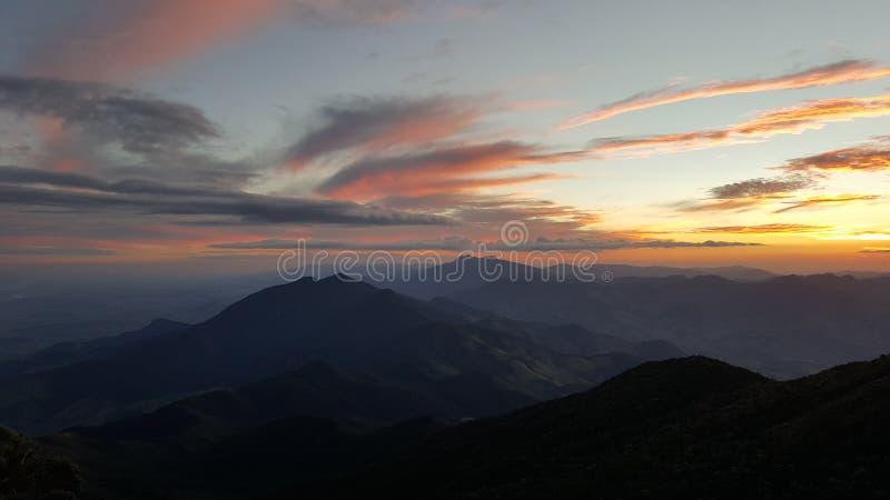 tramonto in montagne di estrazione mineraria immagine stock