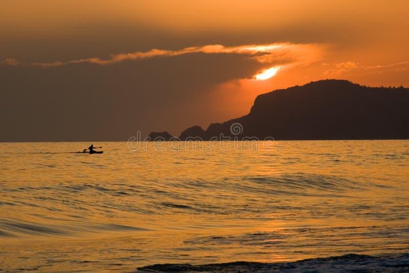 Tramonto nebbioso sopra il Mar Mediterraneo fotografia stock libera da diritti