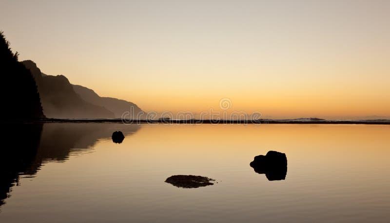 Tramonto nebbioso sulla linea costiera del Na Pali immagine stock libera da diritti