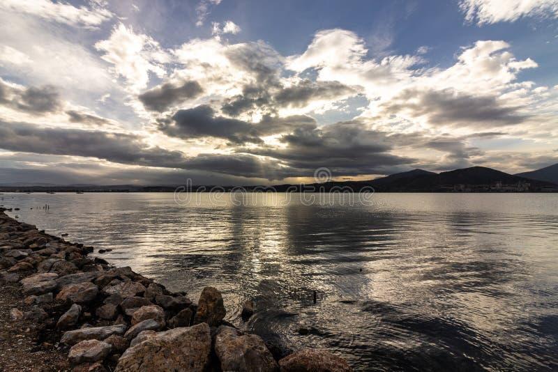 Tramonto nel tramonto del cielo di bellezza di bella vista del mare meraviglioso fotografie stock