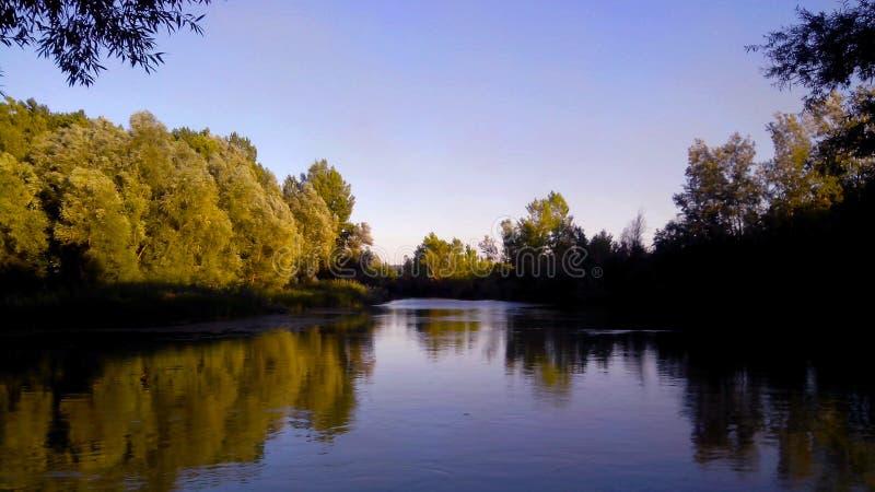 Tramonto nel fiume immagine stock libera da diritti