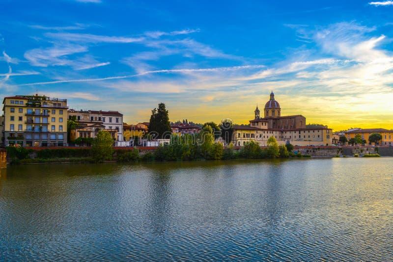 Tramonto nel fiume di Arno con San Frediano nella chiesa di Cestello del Sa immagine stock libera da diritti