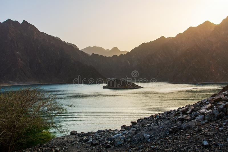 Tramonto nel lago dam di Hatta nell'emirato del Dubai dei UAE fotografia stock