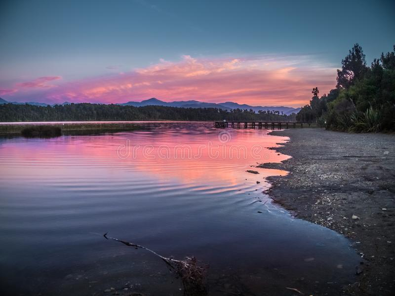 Tramonto nel lago in Nuova Zelanda immagini stock libere da diritti