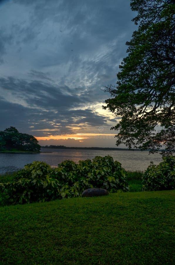 Tramonto nel lago Tissa, Tissamaharama, Sri Lanka fotografie stock