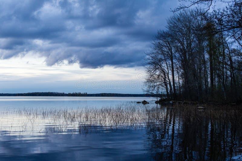 Tramonto nel lago Vuoksa fotografie stock libere da diritti