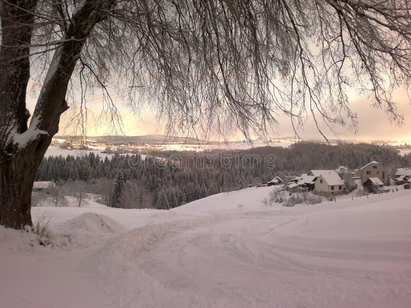 Tramonto nel paesaggio di inverno coperto di neve fotografia stock libera da diritti