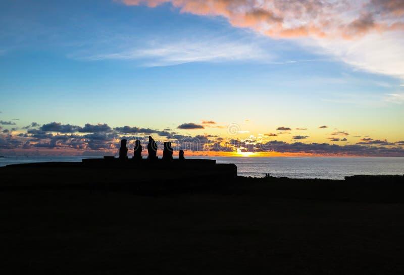 Tramonto nell'isola di pasqua, Cile immagini stock
