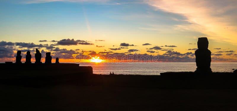 Tramonto nell'isola di pasqua, Cile fotografie stock