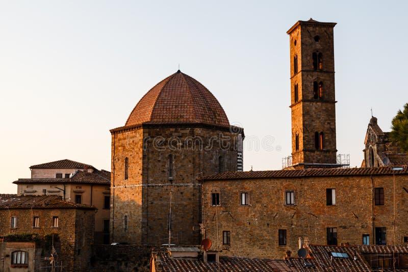 Tramonto nella cittadina di Volterra in Toscana immagini stock libere da diritti