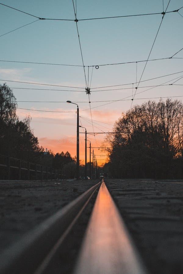 Tramonto nella riflessione di una ferrovia del tram fotografia stock libera da diritti