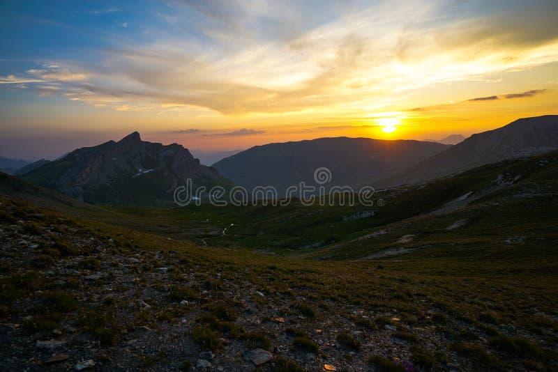 Tramonto nelle alpi durante il giro du Mont Blanc fotografia stock