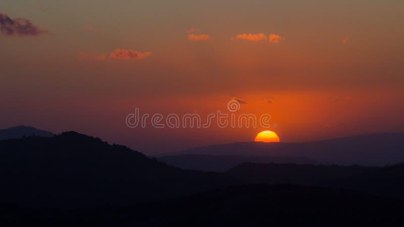 Tramonto nelle colline della Sardegna immagini stock