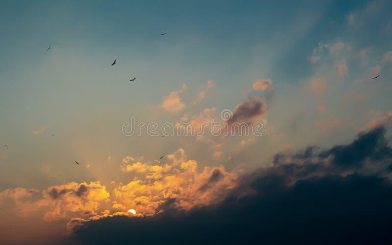 Tramonto nelle nuvole sopra la baia fotografie stock
