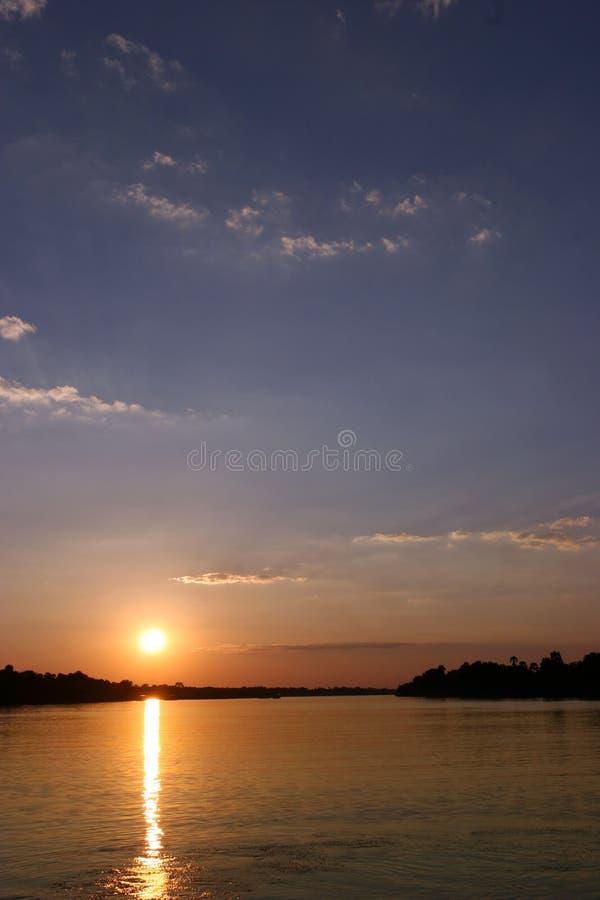 Tramonto nello Zimbabwe sopra il fiume di Zambezi immagine stock libera da diritti