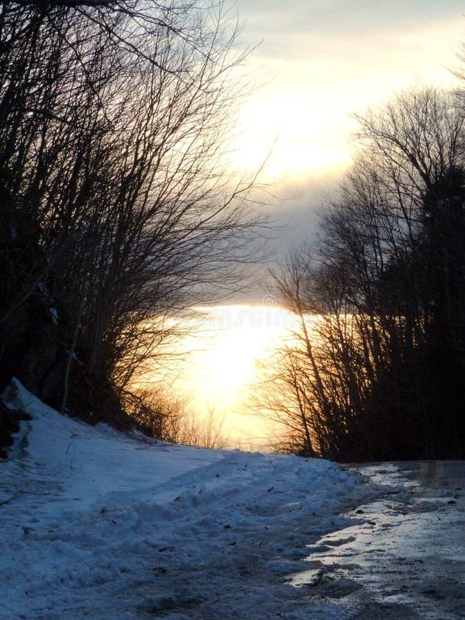 Tramonto nevoso del bordo della strada nel Vermont immagine stock libera da diritti