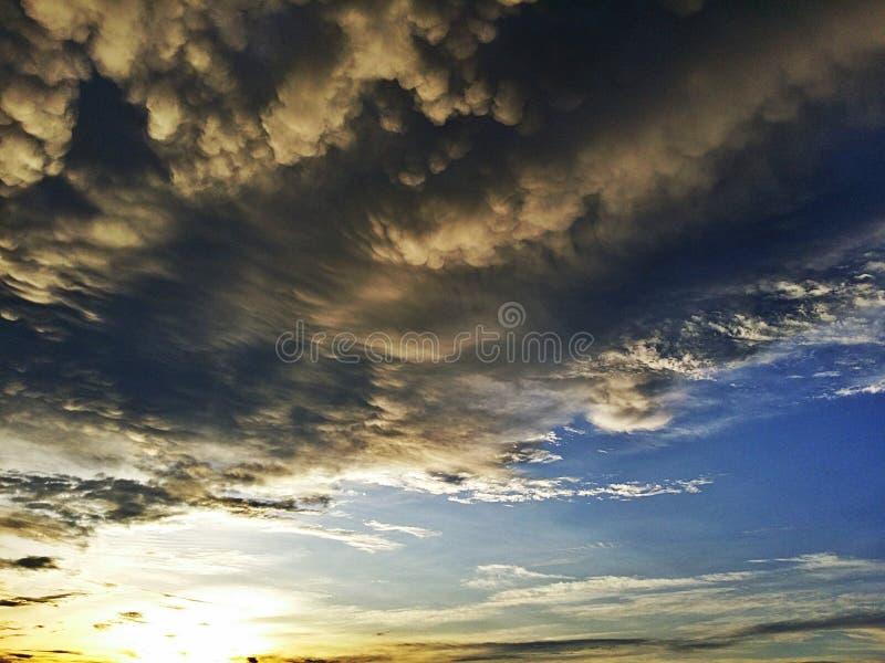 Tramonto, nuvola della pioggia persistente soleggiata e fotografia stock libera da diritti