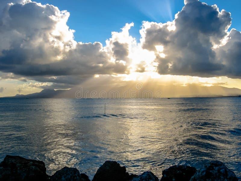 Tramonto nuvoloso sopra il mare fotografia stock libera da diritti