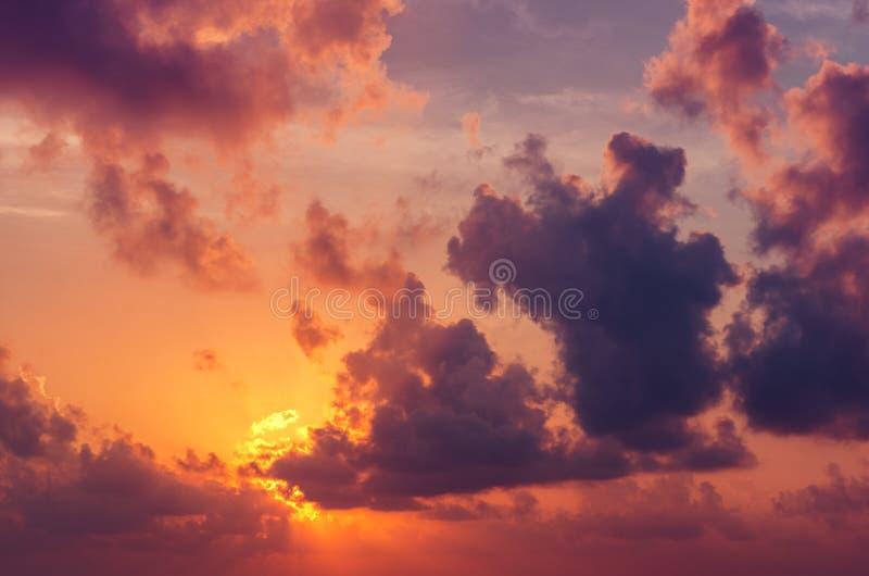 Tramonto o alba tropicale con le nuvole, i raggi luminosi e l'altro effetto atmosferico immagini stock libere da diritti