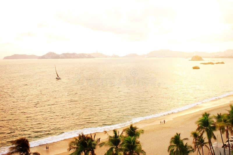 Tramonto, onde di oceano e spiaggia, Acapulco, Messico fotografie stock