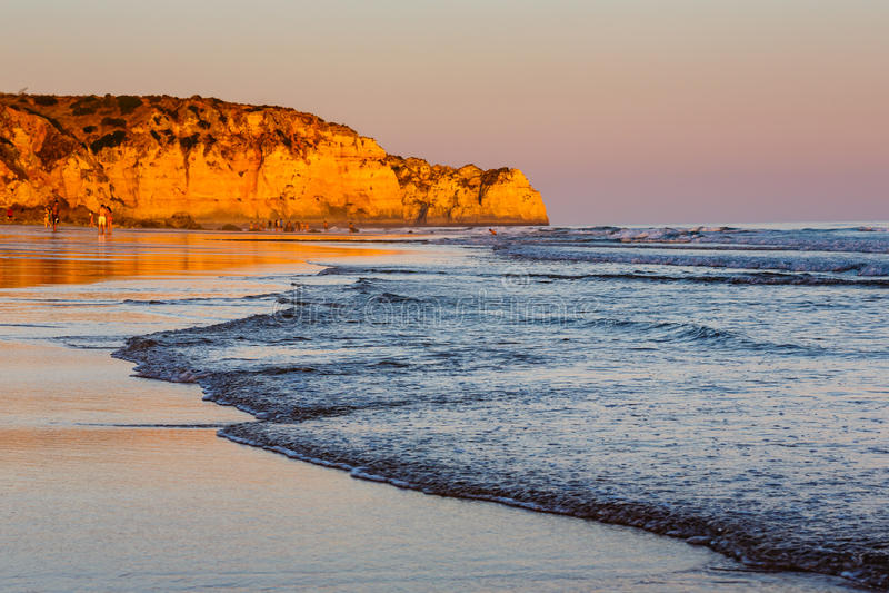 Tramonto a Oporto de Mos Beach a Lagos, Algarve fotografia stock