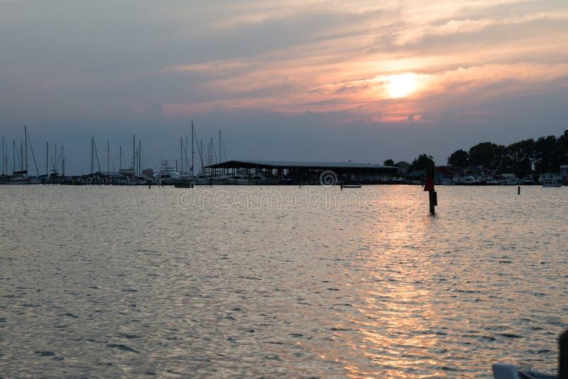 Tramonto orientale di Maryland della riva sopra la baia di Chesapeake fotografia stock libera da diritti
