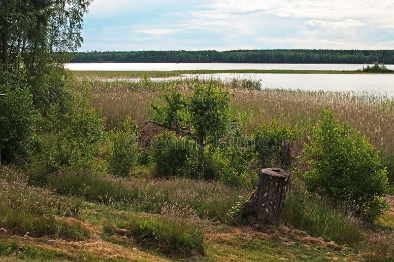 Tramonto pacifico da un lago con le nuvole ed acqua tranquilla fotografia stock libera da diritti