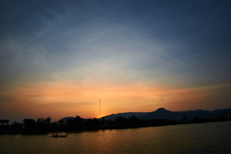 Tramonto pacifico sopra la montagna in Kampot Cambogia fotografia stock