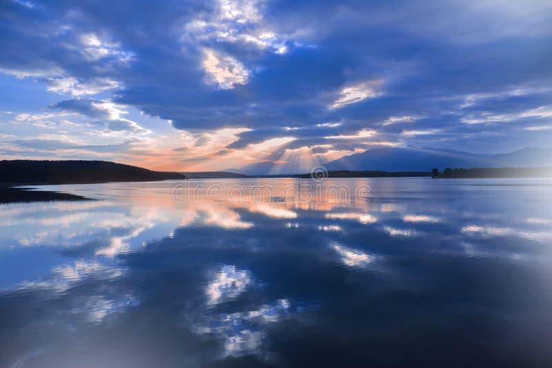 Tramonto, paesaggio di alba, panorama Bella natura Cielo blu, nuvole variopinte di stupore Sfondo naturale Carta da parati artist immagini stock libere da diritti