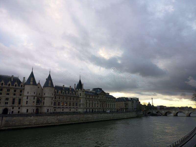Tramonto a Parigi Vista della Senna e del palazzo della città immagini stock libere da diritti
