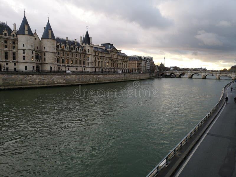 Tramonto a Parigi Vista della Senna e del palazzo della città fotografie stock libere da diritti