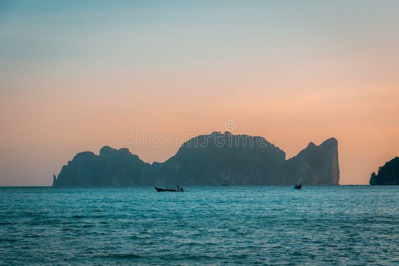 Tramonto in Phi Phi Islands, Tailandia fotografia stock libera da diritti
